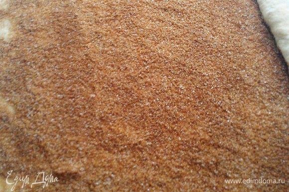 Готовим начинку. Смешиваем в миске: коричневый сахар, белый сахар и корицу. Тщательно перемешиваем. Тесто раскатываем толщиной в 2-3 см. Тесто желательно раскатать прямоугольной формы, что бы легче было сворачивать. Тесто смазать сливочным маслом и высыпать равномерно начинку.