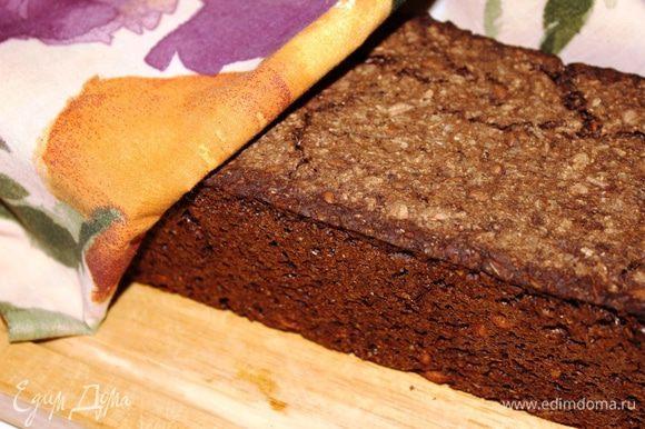 Необходимо накрыть хлеб полотенцем и дать ему постоять минут 15. Только после этого можно его разрезать. При этом используйте специальный зубчатый нож. За это время мякиш хлеба схватится и не будет прилипать к ножу.