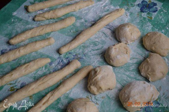 Тесто делим на 14 частей, которые скатываем в жгутики, длинной около 20 см.