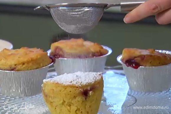 Готовые маффины посыпать сахарной пудрой и украсить малиной.