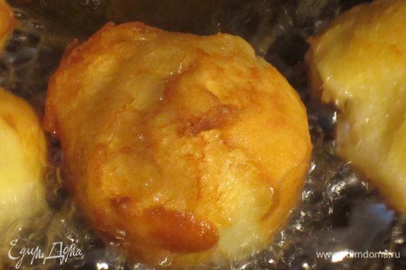 В глубокой сковороде хорошо разогреть растительное масло и выкладывать тесто при помощи чайной ложечки. Жарить до золотистого цвета.