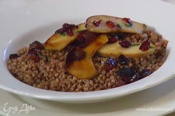В готовую гречку добавить оставшееся сливочное масло и подавать ее с яблоками и ягодами.