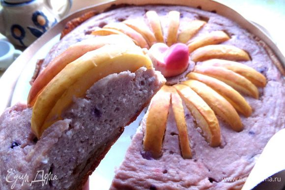 Как видите, он отлично держит форму, а благодаря блинному коржу можно держать в руке, как настоящий пирог!