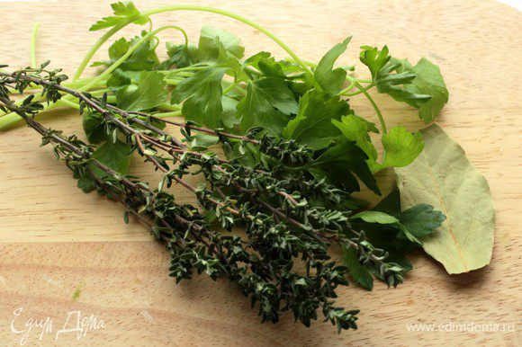 Тимьян, петрушку и лавровый лист помыть.