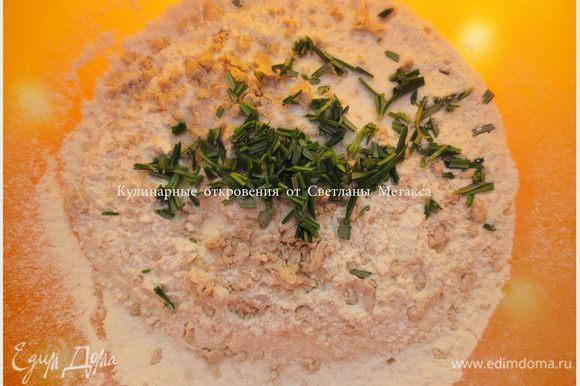 Подготовим все нужные компоненты: муку, молоко, оливковое масло, мед, дрожжи, соль и розмарин. Муку просеять, раскрошить дрожжи, добавить соль. Мелко порезать листики розмарина и также добавить в муку, перемешать.