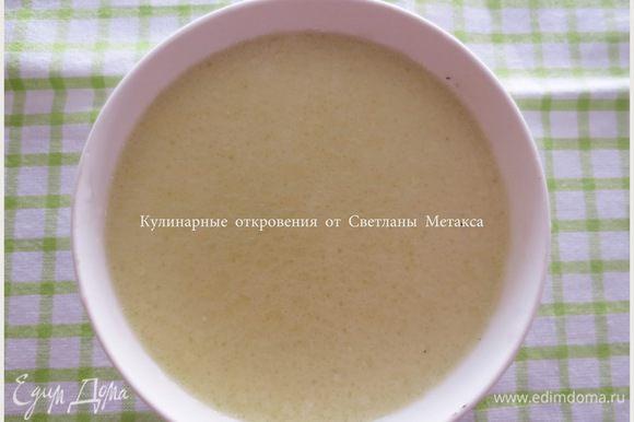 В другую миску налить теплое молоко, добавить мед и оливковое масло, хорошо перемешать до полного растворения меда.