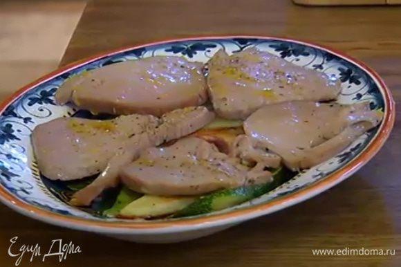На тарелку выложить полоски цукини, затем картофель и рыбу, полить все выделившимся при запекании соком.