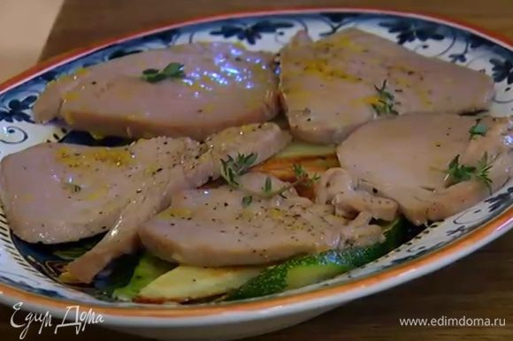 Из лимона выжать немного сока, сбрызнуть рыбу с овощами и посыпать оставшимся тимьяном.