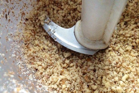 Орехи измельчить в блендере.