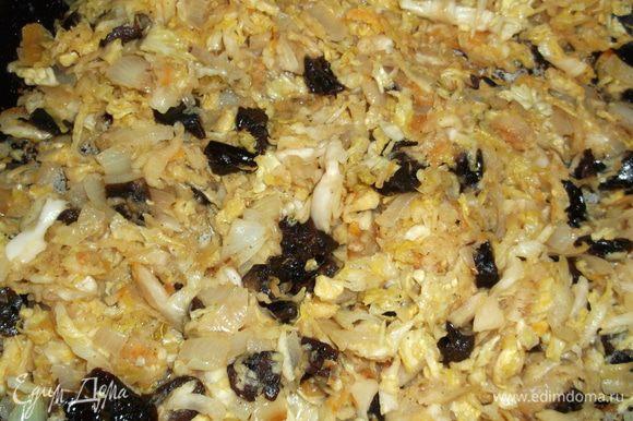 Готовим начинку, квашенную капусту протушиваем на сковородке с добавлением растительного масла,минут 10-15,под конец добавляем обжаренный на другой сковородке лук,натёртое яблоко (без кожуры), порезанный чернослив, оставляем минуты на 3, начинка готова.