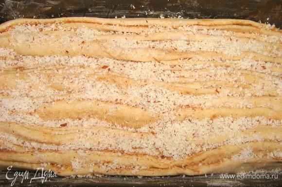 Перевернуть форму для хлеба. Распределить пласты равномерно. Сверху посыпать миндальной мукой. Поставить подойти в теплое место, накрыв полотенцем.