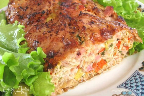 Дать готовой курице остыть, снять кулинарную нить и нарезать. Подавать со свежими овощами, салатом. Приятного аппетита!