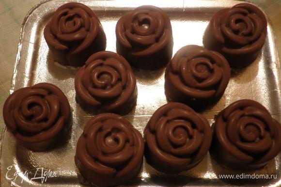 После застывания конфеты легко вынимаются из формочек.