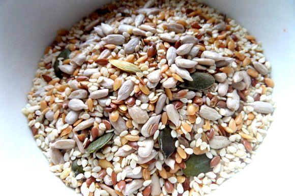 Далее мне захотелось чем-то присыпать верх! Купила недавно вот такой микс из семечек: подсолнечник, сезам, лён золотой, лён коричневый, тыквенное семя.