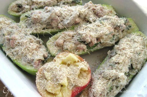 Кабачки и яблоки посыпать пармезаном с сухарями и отправить в духовку. Запекать при температуре 180 градусов 50 минут.