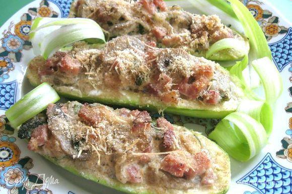 Вынуть, положить на блюдо, украсить зеленью. Я использовала для украшения лук- порей, порезанный колечками с помощью овощечистки. Приятного аппетита!