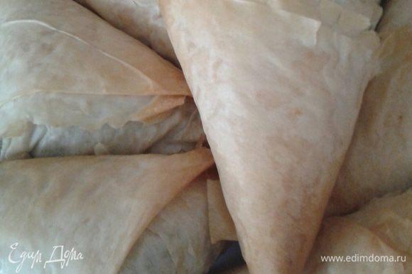 Пеките в предварительно разогретой до 200 градусов духовке около 20 минут, пока тесто не станет золотистым и хрустящим.