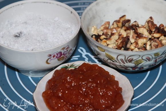 Из муки, соли, растительного масла и воды замешиваем тесто, выкладываем на поверхность для вымешивания и месим руками, добавляя муку, до тех пор, пока тесто не перестанет липнуть к рукам. Тесто не должно быть крутым, иначе Вы его не вытяните. Оно должно быть достаточно мягким. Слепили колобок , помещаем в емкость, затягиваем пленкой и отправляем в холодильник на пол-часа. Процесс можно посмотреть в моем рецепте http://www.edimdoma.ru/retsepty/63866-shtrudel-iz-vytyazhnogo-testa-s-vishnyami. Пока тесто отдыхает в холодильнике, готовим начинку: мак вместе с сахарной пудрой смолола в кофемолке, орехи подсушила на сковороде, подготовила яблочное повидло.