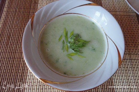 Готовые овощи пюрируйте погружным блендером. При подаче сбрызните оливковым маслом. Этого количества продуктов достаточно для приготовления двух небольших порций супа.