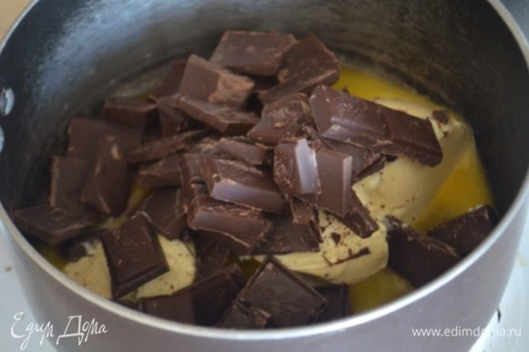 В ковше смешать мед, масло и шоколад и растопить на среднем огне.