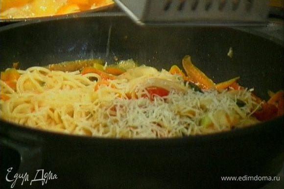 Полить макароны соусом, перемешать. Если получилось слишком сухо, влить немного воды, в которой варились макароны.