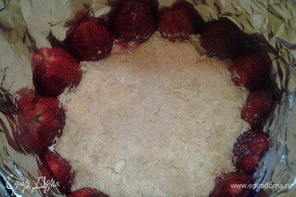 Сливочное масло растопить и в него вмешать крошку печенья. Все хорошо перемешать. Выложить в форму и утрамбовать.