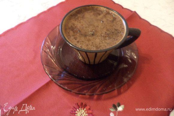 Наливаем кофе в чашку, по вкусу добавляем сахар и наслаждаемся.