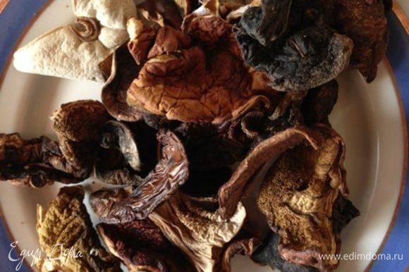 Для начала приготовим бульон. Возьмем сушеные грибы (желательно белые), тщательно промоем и замочим в 2,5 л. холодной воды на 3-4 часа. Набухшие грибы достанем, еще раз промоем и отварим в воде, в которой они набухали, 1-1,5 часа. Грибы достанем, бульон процедим.