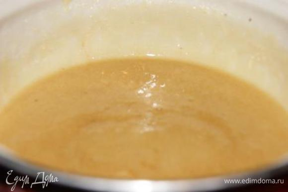 Приготовить лимонную основу для крема. Яйцо смешать с сахаром, добавить сок лимона, оставить на 10-15 минут. Добавить крахмал, поставить на плиту, довести до кипения, поварить на среднем огне несколько минут до загустения.
