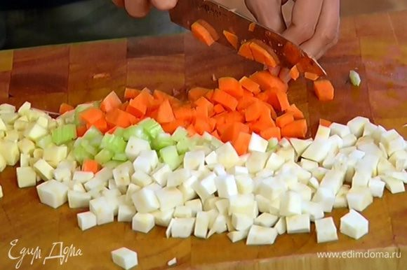 Корень сельдерея, пастернак и морковь почистить и нарезать кубиками (не смешивать).