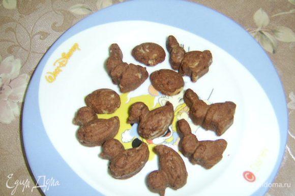 Из оставшегося теста я сделала немного печенья детям, выложив его в купленную недавно форму (маленькие уточки, зайчики...).