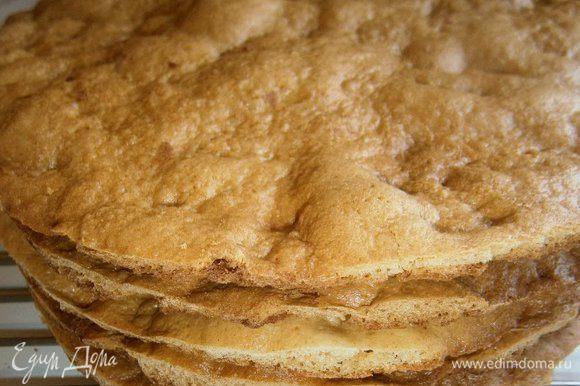 Выпечь коржи по отдельности до красивого карамельного цвета в течении 3 - 5 минут при t 190 С. Затем дать остыть и обрезать неровные края ( обрезки пойдут на посыпку торта, их нужно подсушить в духовке и измельчить скалкой).