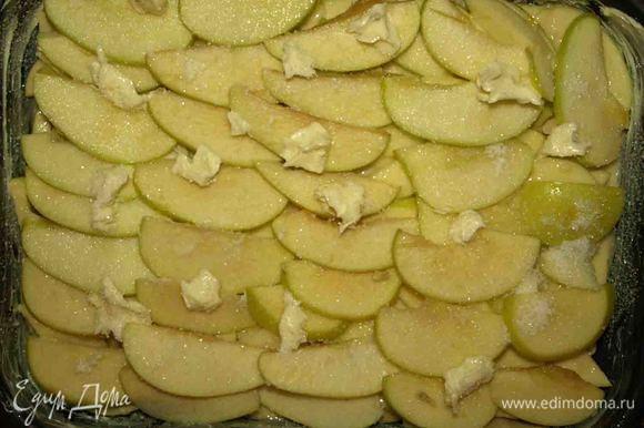 Выложить тесто. Приминать тесто не надо. Сверху разложить яблоки, которые отложили. Сверху на яблоки разложить кусочки масла и посыпать сахаром. Отправить в заранее разогретую духовку 180 градусов и выпекать 40 минут. (но все зависит от вашей духовки. Моему пирогу не хватило 40 минут. Выпекала 60 минут и корочку делала под режимом гриль).