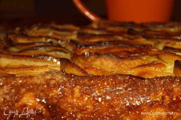 Пирог можно есть теплым с мороженым, сбитыми сливками или холодным. Оба варианта хороши.