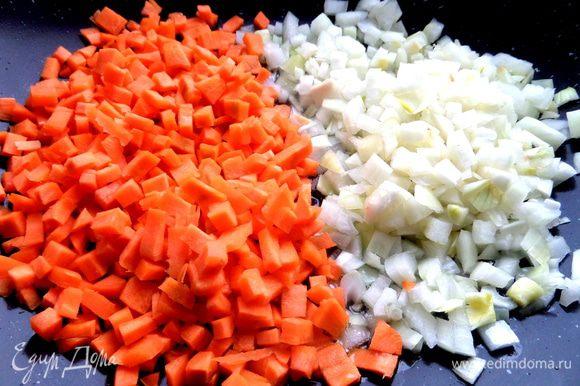 Я готовила в глубокой сковороде вок...Налить масла,разогреть и высыпать овощи.