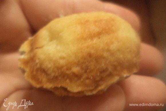 """Половинки """"орешков"""" наполнить кремом, соединить их попарно, вложив в середину грецкий орех."""