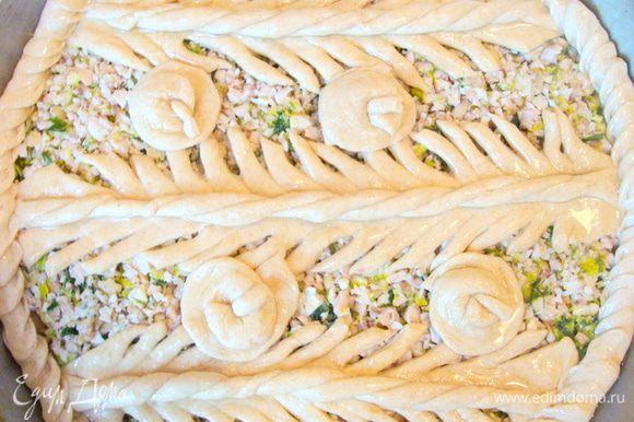 Украсить пирог по своему усмотрению. Можно предварительно закрыть его слоем теста. Сверху смазать обильно растительным маслом. Поставить в разогретую до 180* духовку примерно на 30-40 минут.