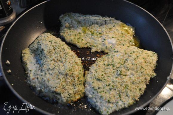 После в блюдо с хлебной крошкой и петрушкой. Выкладываем на горячую сковороду с оливковым и сливочным маслом. Обжариваем с обеих сторон до готовности или по 2 мин.сторона, а затем в горячую духовку на 8 мин. или до полной готовности.