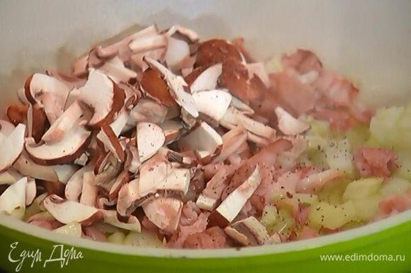 Грибы нарезать пластинками, добавить в сковороду, посолить, поперчить, перемешать и обжарить.