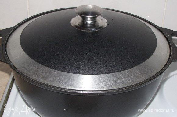 Крепко прижать шумовкой. Плотно закрыть казан крышкой и томить 1,5 часа на медленном огне.