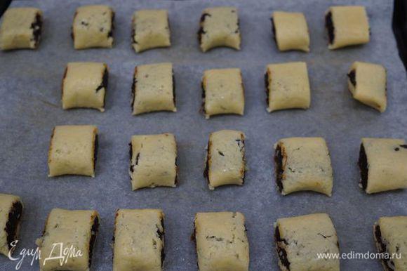 """Разрезаем на небольшие порции, выкладываем на противень (застелить пергаментом), выпекать при 180""""С до золотистого цвета около 15 минут."""