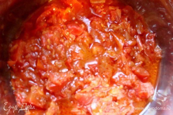 Лук порезать, обжарить, добавить мелко порезанные помидоры, протушить до готовности, посолить.