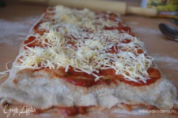 Полученный рулет покрыть томатным соусом, присыпать сыром.
