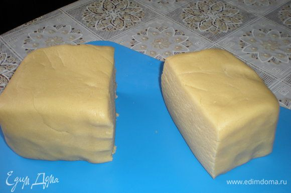 Делим тесто на две неравных части.