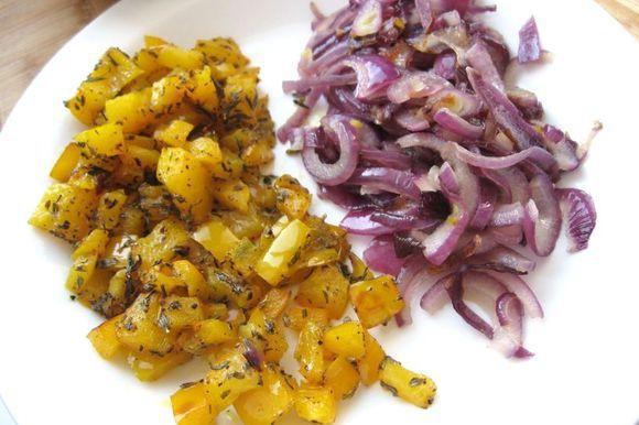 На масле обжарить лук. Перец потушить на масле с добавлением сухого тимьяна, соли, черного перца. Лук поделить на 2 части. Одну добавить в грибы, другую – в перец.