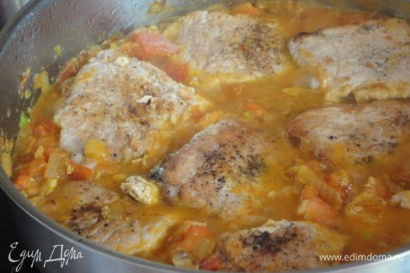 Нашинкованный лук и чеснок обжарить в том же масле, где жарилось мясо. Перед тем, как лук станет золотистого цвета, добавить промытый изюм, затем очищенные от кожицы и семян и нарезанные помидоры и порошок карри. Прожарить пару минут. Положить свинину опять в сковороду и залить вермутом и бульоном. Готовить 10 минут.