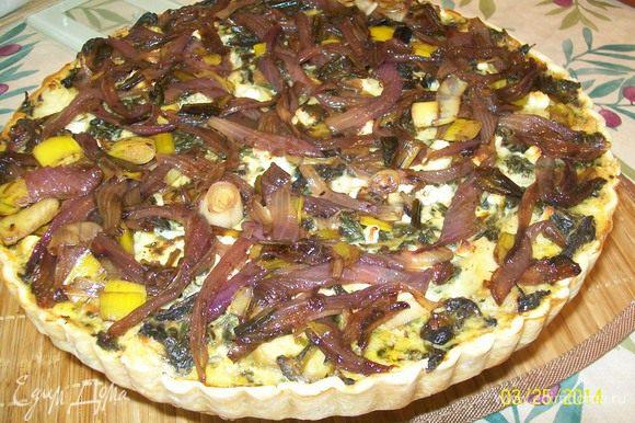 Выбираем из духовки и красиво распределяем карамелизированный лук на поверхности выпеченного киша, чтобы просматривались кусочки сыра кое-где..