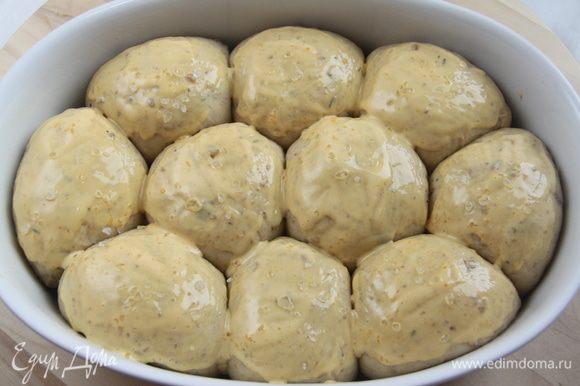 Для глазури смешать сливки и желток до однородного состояния. Смазать поверхность булочек сливочной глазурью. Присыпать крупной (!) морской солью.