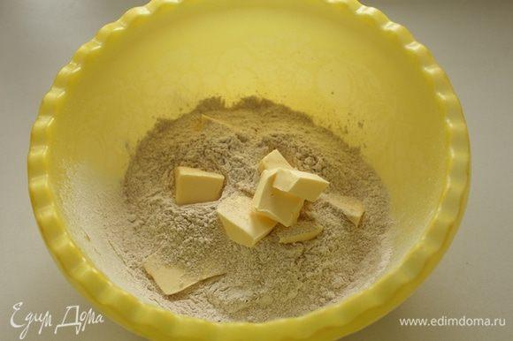 Пшеничную и ржаную муку просеять, добавить соль, разрыхлитель, холодное сливочное масло нарезанное кубиками. Измельчить в крошку.