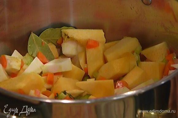 Отправить в кастрюлю с овощами, перемешать и немного обжарить.